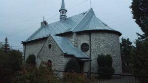 Widok z boku na kościół