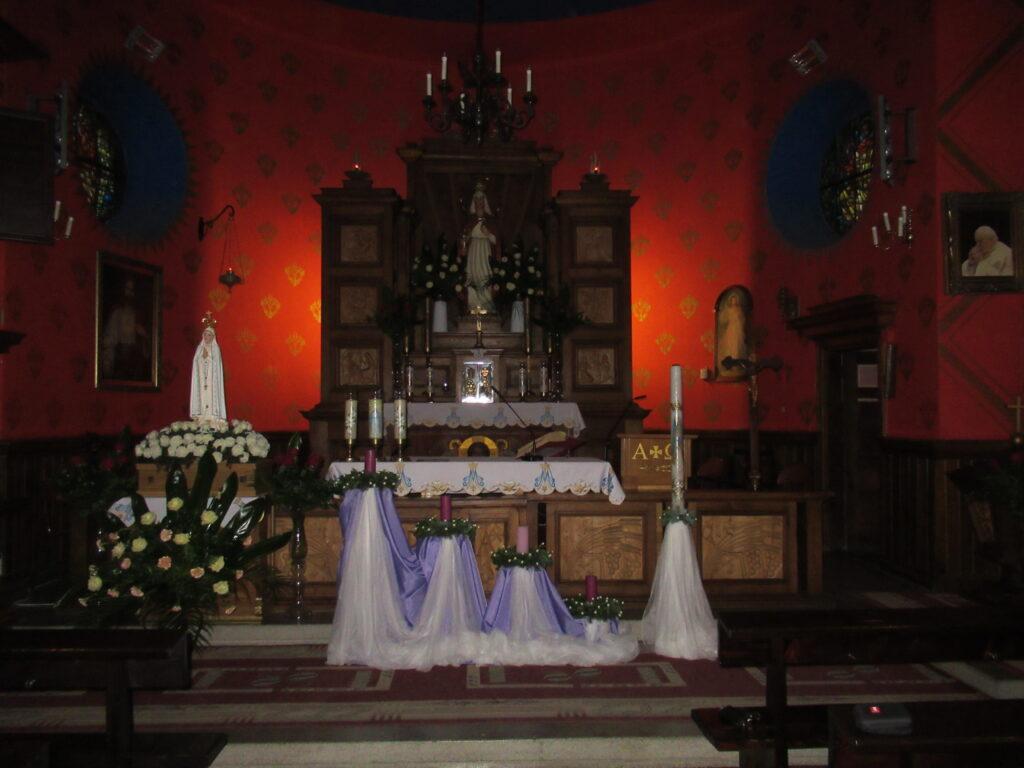 Dekoracja adwentowa we wnętrzu kościoła