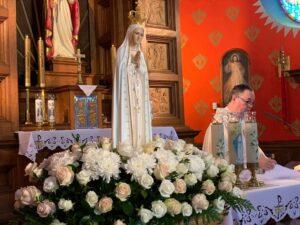 figura Matki Boskiej Fatimskiej w kościele